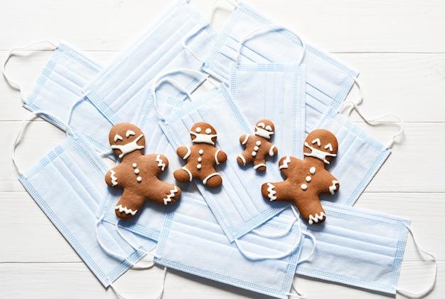 Eine reihe von masken. lebkuchenfamilie in masken auf hellem hintergrund. weihnachten.