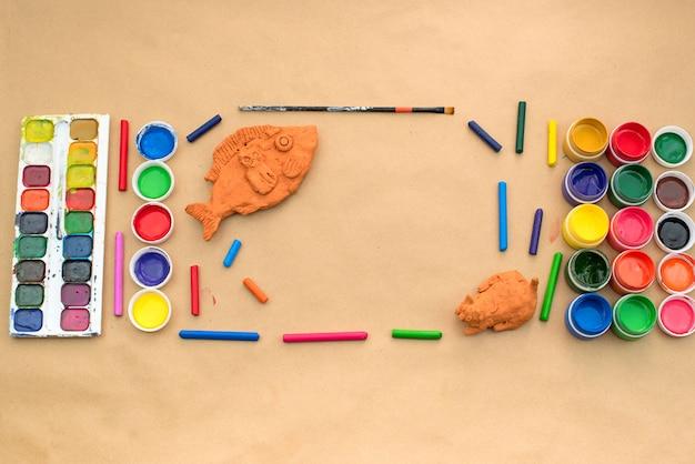 Eine reihe von materialien für kreativität und zeichnen von hobbys.
