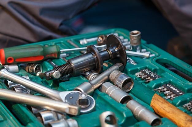 Eine reihe von mechanischen werkzeugen für die reparatur von autos im dienst