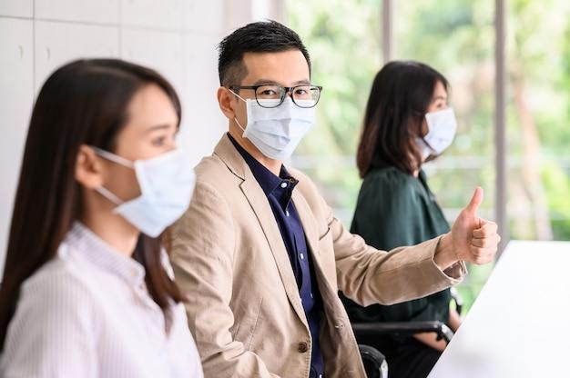 Eine reihe von menschen trägt aus sicherheitsgründen gesichtsschutzmasken