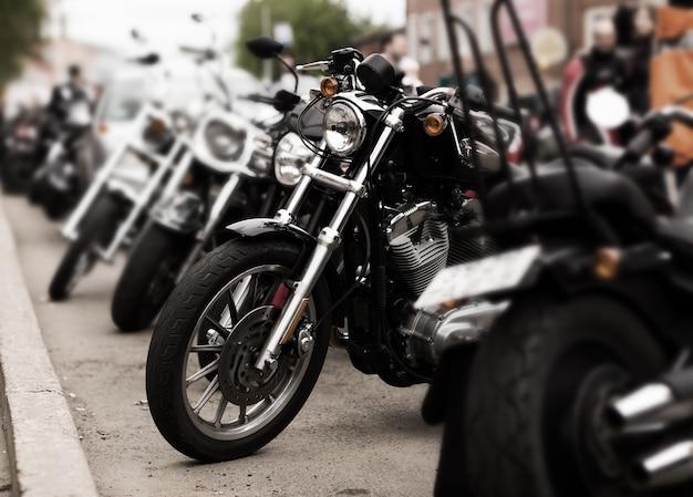 Eine reihe von motorradfahrern in der stadt