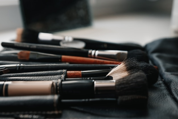 Eine reihe von pinseln für make-up.