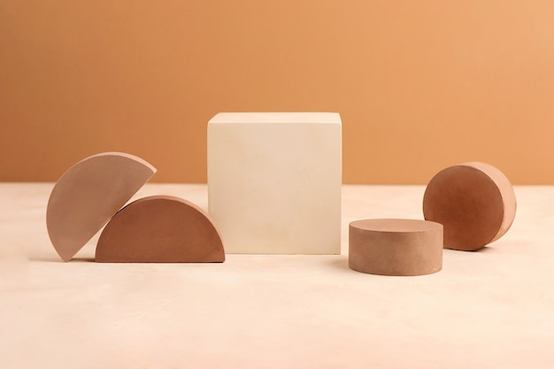 Eine reihe von podesten und podesten mit geometrischer form. pastellfarben. leerer platz zum platzieren von objekten. modell-podiumskonzept.