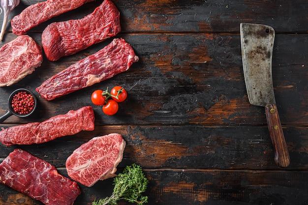Eine reihe von rohem rindfleisch in alternativen schnitten