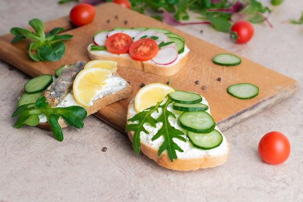 Eine reihe von sandwiches mit gemüse