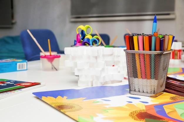 Eine reihe von stiften und farben für die unterhaltung der kinder