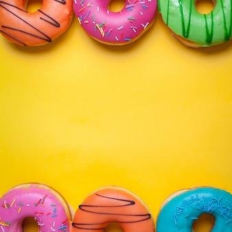 Eine reihe von süßen donuts.