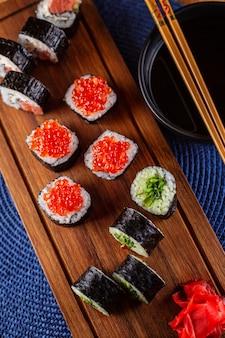 Eine reihe von sushi-rollen mit rotem kaviar