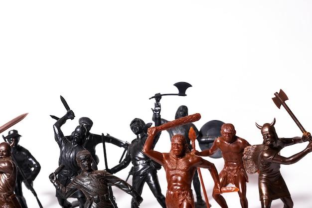 Eine reihe von verschiedenen spielzeugfiguren von soldaten auf einem weißen hintergrund.