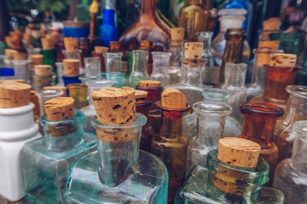 Eine reihe von vintage-medizinflaschen. nahaufnahme des selektiven fokusfotos von alten antiken apothekenglasfläschchen und -flaschen.