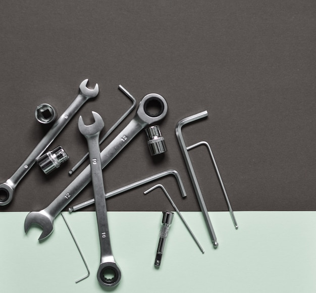 Eine reihe von werkzeugen für die reparatur der maschine: schraubenschlüssel, schraubendreher, sechsecke.