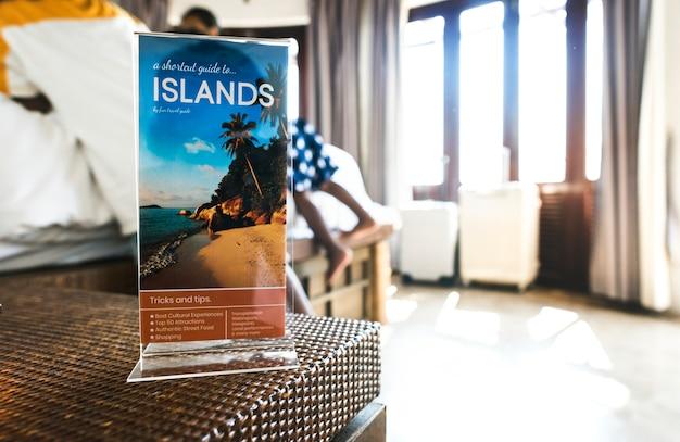 Eine reisebroschüre in einem hotel