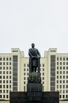 Eine riesige lenin-skulptur im regierungsgebäude. minsk, weißrussland