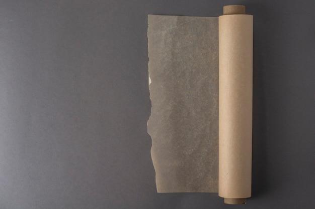 Eine rolle backpapier.