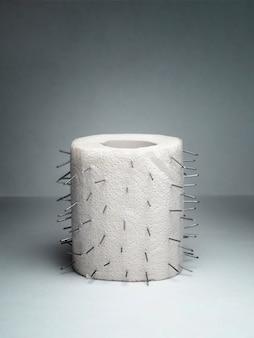 Eine rolle toilettenpapier mit dornen. ungewöhnlicher witz.