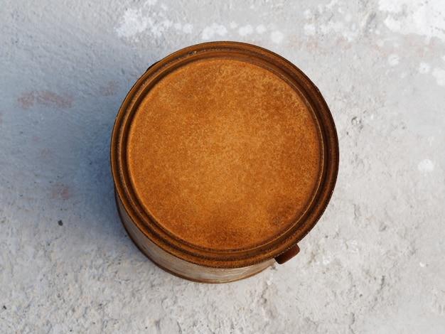 Eine rostige farbdose auf beton. top veiw.
