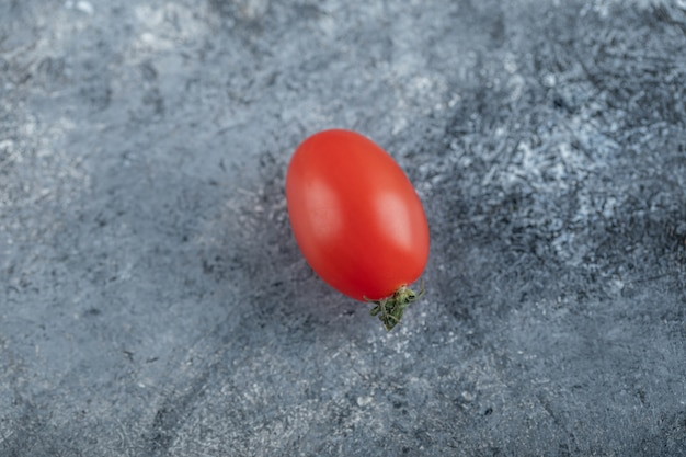Eine rote frische amish paste tomate. hochwertiges foto