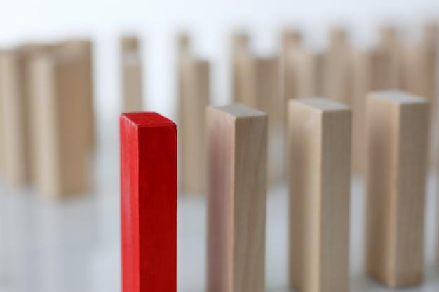 Eine rote gewinnerlotterie-holzblockreihe