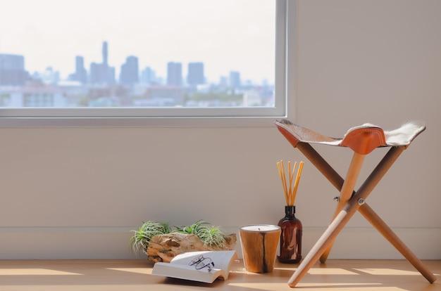 Eine ruhige raumecke zum lesen eines buches im raum mit aromadiffusor, kerzen und tillandsia-luftpflanze.