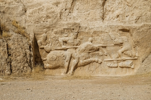 Eine ruine und eine alte sassanidenfelsenreliefdarstellung bei naqsh-e rostam, der iran.