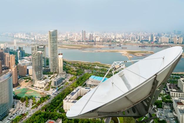 Eine satellitenschüssel über der stadt