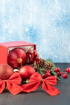 Eine schachtel mit weihnachtsdekorationsgegenständen hintergrund textfreiraum