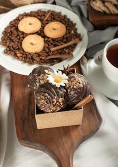 Eine schachtel schokoladenpralinen mit butterkeksen