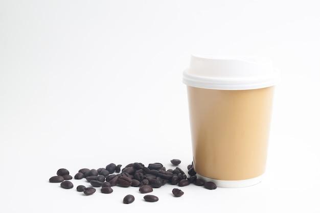 Eine schale heißer kaffeespott oben für marke oder logo mit röstkaffeebohnen auf weißem hintergrund