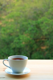 Eine schale heißer tee gedient auf holztisch