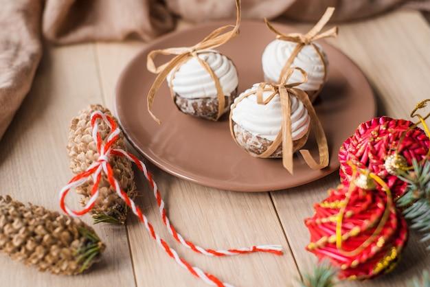 Eine schale heißer tee mit weihnachtslebkuchen, eine niederlassung eines fichtenbaums auf einem hölzernen hintergrund