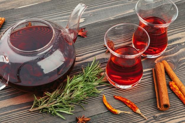 Eine schale mit tee und teekanne stehen auf tischplatteansicht