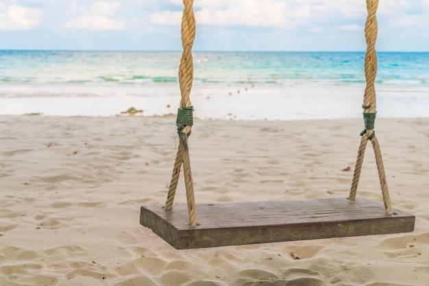 Eine schaukel am strand