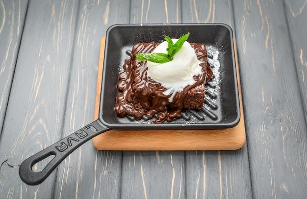 Eine scheibe schokoladen-cakend-vanilleeis