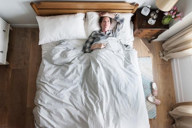 Eine schlaflosigkeitsfrau auf bett