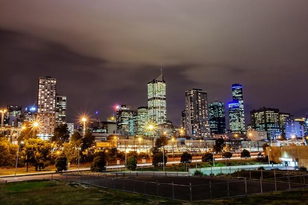 Eine schöne ansicht von melbourne-stadt mit einem bewölkten himmel und einer dämmerung in melbourne australien.