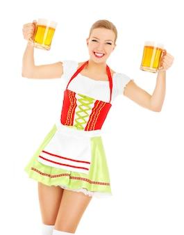 Eine schöne bayerische kellnerin mit zwei bierkrügen auf weißem hintergrund