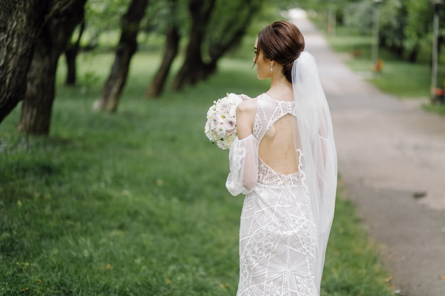 Eine schöne braut, die hochzeitskleid trägt