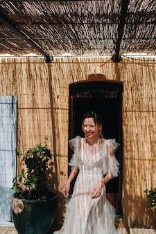 Eine schöne braut mit angenehmen gesichtszügen in einem hochzeitskleid wird in der provence fotografiert. porträt der braut in frankreich.