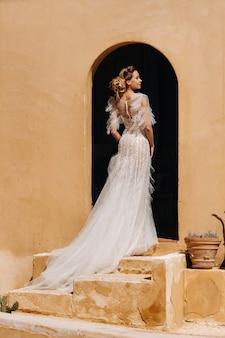 Eine schöne braut mit angenehmen gesichtszügen in einem hochzeitskleid wird in der provence fotografiert.