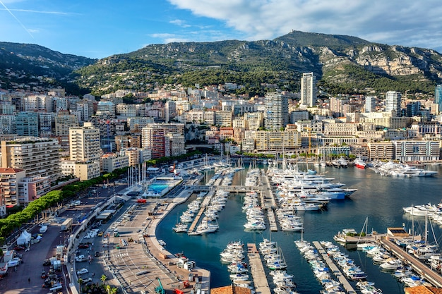 Eine schöne draufsicht auf den yachthafen der stadt mit luxusyachten und der architektur einer reichen stadt.