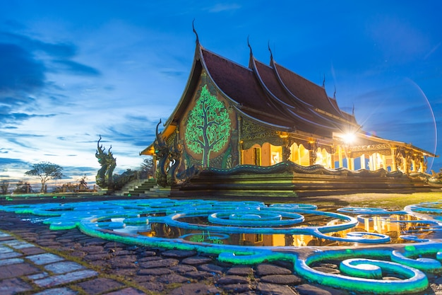 Eine schöne farbreflexion mit dämmerung bei wat sirindhorn wararam phu prao