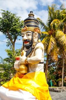 Eine schöne figur im tempel von tanah lot. indonesien