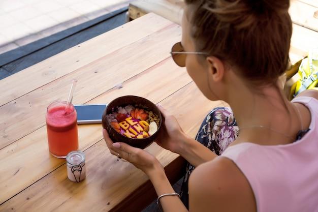 Eine schöne frau frühstückt in einem stilvollen café