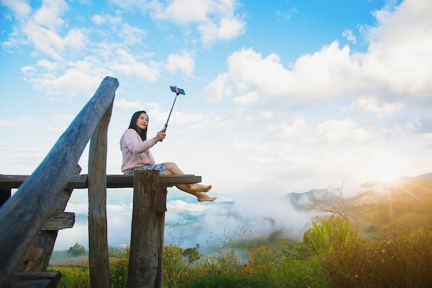 Eine schöne frau macht morgens ein selfie mit ihrem handy