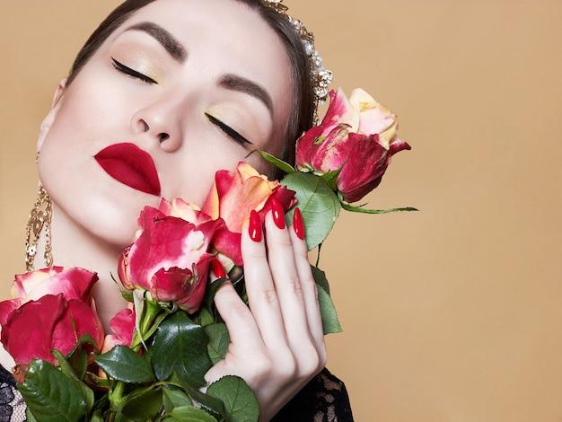Eine schöne frau mit einem strauß roter rosen