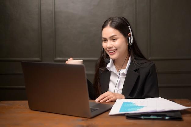 Eine schöne geschäftsfrau macht videoanruf-webinar, geschäftsdistanzkommunikation, geschäftstechnologiekonzept.