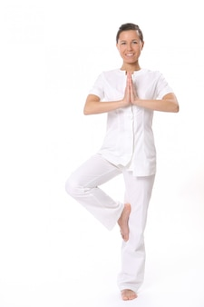 Eine schöne junge frau in yoga-pose