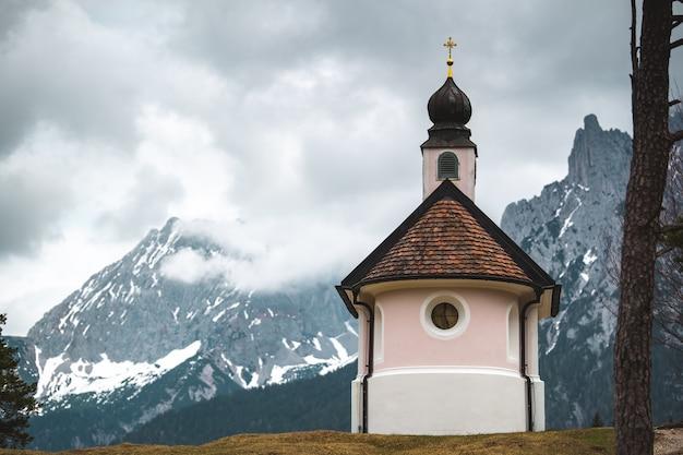 Eine schöne kleine katholische kirche in den bergen der bayerischen alpen