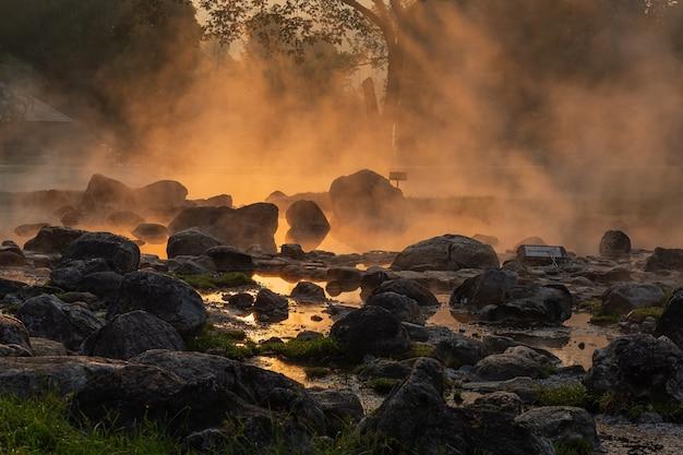 Eine schönheit der heißen quelle in chae son national park, lampang, thailand