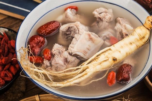 Eine schüssel ginseng ribs suppe